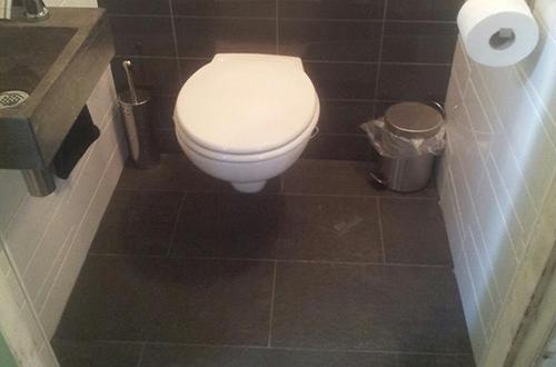 Toilet met hangende pot, tegelzetter Groningen
