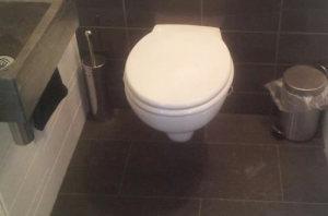 tegelzetter Groningen, Hangend toilet met bruine tegel op tegelzetbedrijfmelessen.nl