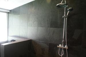 Badkamertegel bruin met grote tegels op tegelzetbedrijfmelessen.nl, tegelzetter groningen